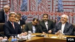 ລັດຖະມົນຕີ ການຕ່າງປະເທດ ສະຫະລັດ ທ່ານ John Kerry (ຊ້າຍ) ແລະຄູ່ຕໍາແໜ່ງຝ່າຍອີຣ່ານ ທ່ານ Javad Zarif (ຂວາ)