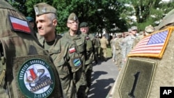 Binh sĩ quân đội Mỹ và Ba Lan trong lễ khai mạc cuộc tập trận Anaconda-16 ở Warsaw, Ba Lan, ngày 6 tháng 6, 2016.