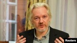 Julian Assange, sáng lập viên trang Wikileaks nói chuyện trong một cuộc họp báo tại Tòa Đại sứ Ecuador ở London, Anh, 18/8/14