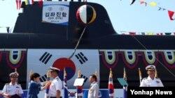 박근혜 한국 대통령(왼쪽 두번째)이 13일 경남 거제시 옥포조선소에서 열린 잠수함 김좌진함 진수식에 참석했다. (자료사진)