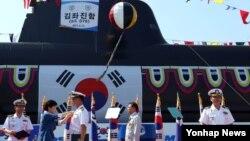 박근혜 한국 대통령(왼쪽 두번째)이 13일 경남 거제시 옥포조선소에서 열린 잠수함 김좌진함 진수식에서 유공자들에게 포상하고 있다.