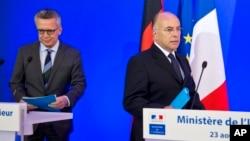 Bộ trưởng Nội vụ Đức Thomas de Maiziere (trái) và Bộ trưởng Nội vụ Pháp Bernard Cazeneuve trong một cuộc họp báo chung ở Paris, ngày 23 tháng 8 năm 2016.