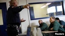 Para narapidana AS mendapatkan training dari seorang petugas penjara (foto: ilustrasi).