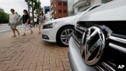 韩国首尔一家汽车销售行前停放的一辆大众汽车(2016年8月2日)