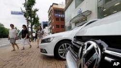 南韓首爾一家汽車銷售行前停放的一輛大眾汽車