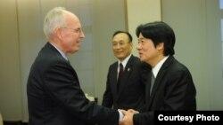 台湾行政院长接见美国在台协会执行理事罗瑞智