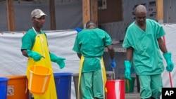Técnico de Saúde na Libéria previnem-se contra o ébola