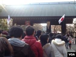 2014年元旦参拜靖国神社的人群。(美国之音小玉拍摄)