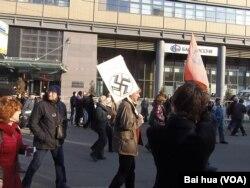 去年春季莫斯科市中心要求媒体自由和释放政治犯的示威中,一名参加者手举反对纳粹法西斯标语。 (美国之音白桦拍摄)