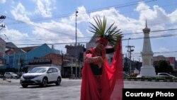 Seorang waria menari di kawasan Tugu, Yogyakarta dalam rangkaian Gelar Budaya menghapus stigma bagi waria. (Foto: PKBI DIY)