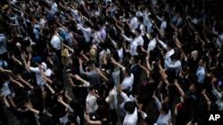 10月2日民眾在中環遊行譴責香港警方10月1日向一名示威者開槍事件。