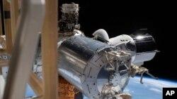 Фото швартовки SpaceX Crew Dragon з Міжнародною космічною станцією влітку 2020 року