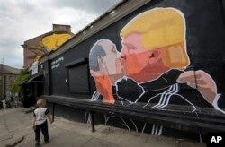 Графіті у Вільнюсі: кандидат на посаду президента США від Республіканської партії Дональд Трамп (праворуч) і президент Росії Володимир Путін