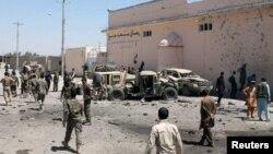 아프가니스탄 남부 헬만드주 라슈카르가에서 23일 자살폭탄 공격이 발생한 후 군인들이 현장을 수색하고 있다.