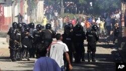 La policía antimotines enfrenta a manifestantes en La Paz Centro, en León Nicaragua, que protestaban por las irregularidades en las elecciones municipales que ganaron de forma arrolladora los sandinistas.