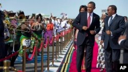 美國總統奧巴馬抵達坦桑尼亞﹐在達累斯薩拉姆機場獲得鼓手和舞者的熱烈歡迎。
