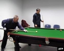 肖家华(左)打台球