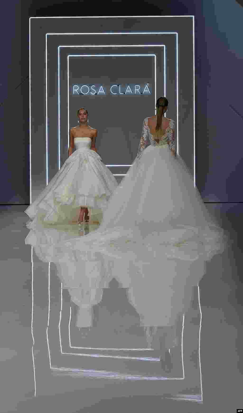 អ្នកបង្ហាញម៉ូដបង្ហាញការបង្កើតថ្មីនៃម៉ូដ Rosa Clara 2016 នៅថ្ងៃទី១នៃកម្មវិធី Barcelona Bridal Week ក្នុងក្រុង Barcelona។