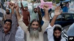 Supporters of anti-Indian group Jammatud Dawa rally against India, in Karachi, Pakistan, Oct. 10, 2014.