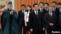 Presiden Tiongkok Hu Jintao dan Presiden Afghanistan Hamid Karzai (kiri) di Beijing (8/6).