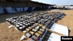 Des blocs de cocaïne saisis, présentés à un stockage de charbon de pierre à Trujillo, 26 août 26 2014