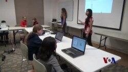 少女帮助孩子学习计算机编程