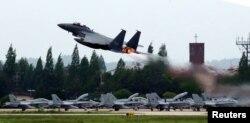 16일 광주 공군기지에서 전투기가 이륙하고 있다.
