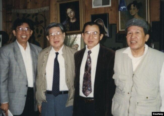 Anh Lê Ngộ Châu trong chuyến thăm bạn hữu ở California (1994), từ trái, Dohamide / Đỗ Hải Minh (cây bút chuyên khảo về văn minh Champa trên Bách Khoa ngày nào), Lê Ngộ Châu, Ngô Thế Vinh, Võ Phiến. [tư liệu Ngô Thế Vinh]