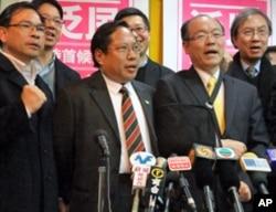 香港泛民主党派首次特首初选民主党主席何俊仁(左二)胜选