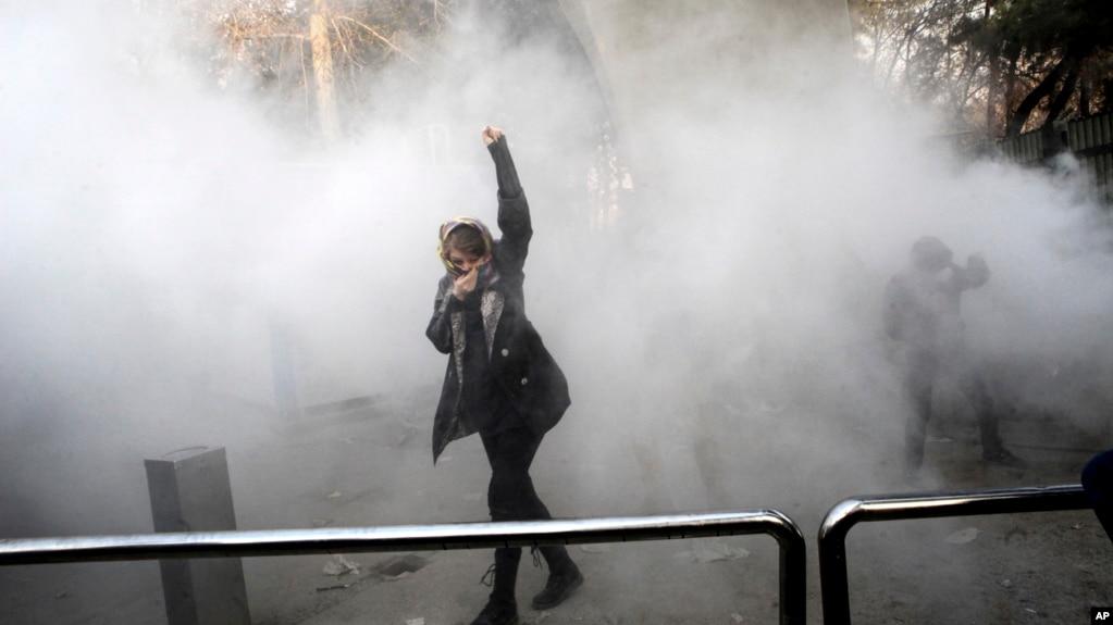 一名学生在德黑兰大学参加抗议