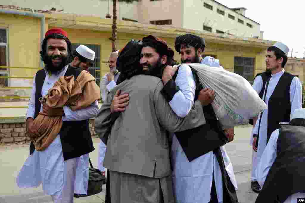 بر اساس توافقنامۀ صلح امریکا-طالبان که به تاریخ ۲۹ فبروری در قطر امضا شد، حکومت افغانستان بیش از۵۰۰۰ زندانی طالبان را رها کرده و طالبان نیز ۱۰۰۰ اسیر دولتی را از بند رها کردند.