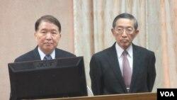 台湾国防部长高广圻(左)及外长林永乐在立法院接受质询(美国之音张永泰拍摄)