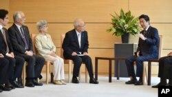 아베 신조 일본 총리가 지난해 6월 도쿄 총리 관저에서 납북 피해 가족들과 만났다.