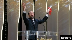 اصغر فرهادی پس از دریافت جایزه بهترین فیلمنامه جشنواره کن