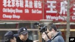 中共强调放弃执政没理由。图为中国警察2月27日要求美联社记者离开北京王府井大街