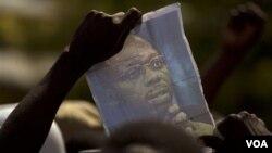 Un manifestante muestra una foto de Aristide durante una protesta contra el actual presidente René Preval.