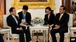 2016年5月2日泰国总理帕拉育在曼谷会晤了日本外相岸田文雄(左)