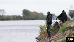 Les Soudanais attendent près de l'eau à Ouistreham, France, le 5 octobre 2017.
