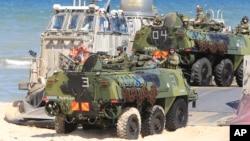 Binh sĩ ngồi phía trên những chiếc xe lội nước khi quân đội NATO tham gia cuộc tập trận BALTOPS 2015.