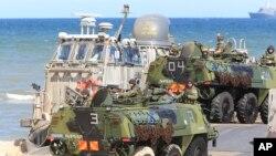 Tentara NATO berkendaraan amfibi dalam latihan militer di Ustka, Polandia (17/6). (AP/Czarek Sokolowski)