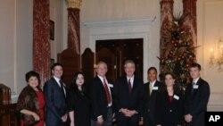 美国副国务卿伯恩斯在美国国务院的海外杰出义工奖颁奖仪式上讲了话