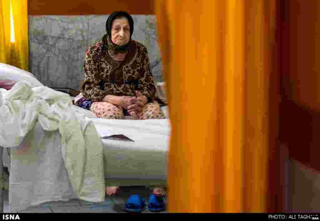 انتظار در آسایشگاه سالمندان کهریزک. عکس: علی تقوی، ایسنا