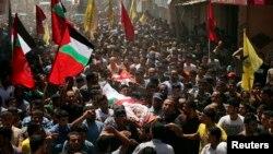 加沙北部城镇的哀悼者在葬礼上抬着死难者的尸体
