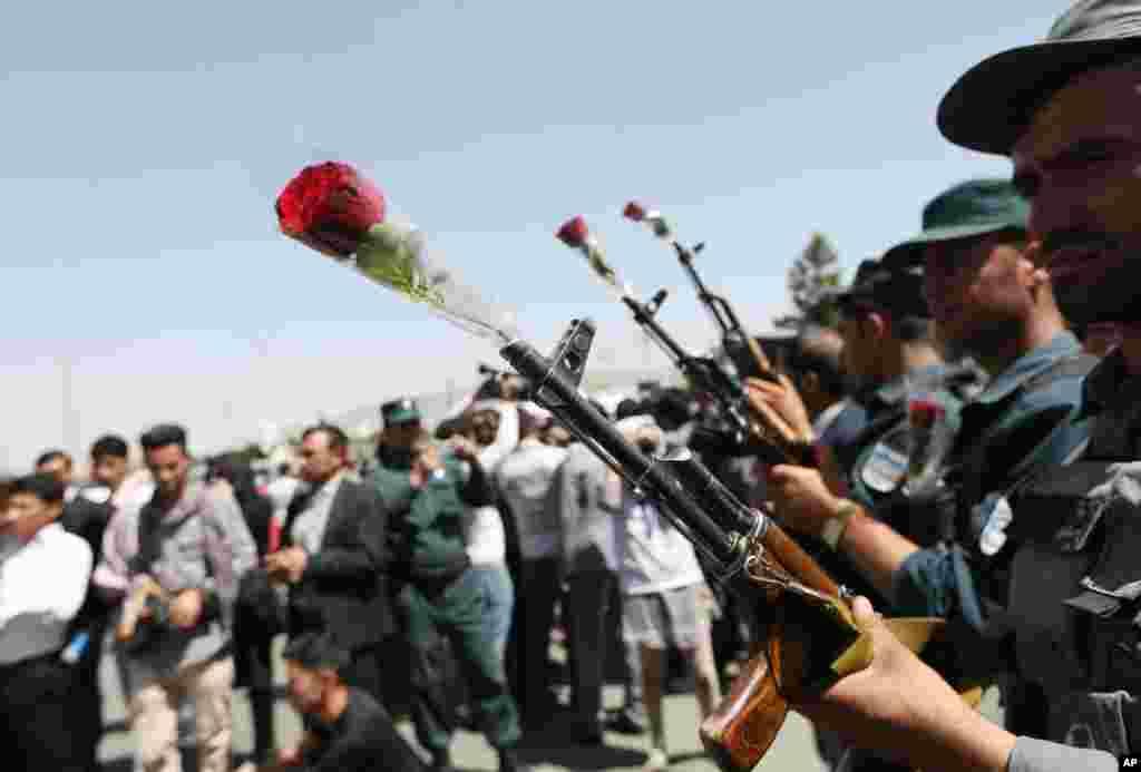 فعالان افغان در یک اقدام نمادین برای قدردانی از کارکرد نیروهای امنیتی افغان، در میل سلاح سربازان گل گذاشتند.