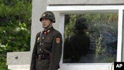 韓國軍在朝鮮邊境附近部署精準制導導彈﹐令邊境局勢緊張﹐這是一名朝鮮士兵在板門店休戰村站崗