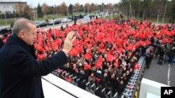 土耳其總統埃爾多安在飛往希臘進行訪問之前向人群招手致意。(2017年12月7日)