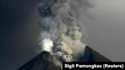 Gunung Merapi memuntahkan abu yang terlihat dari desa Kali Tengah di Sleman, dekat Yogyakarta 15 November 2010. Gunung Merapi, di pinggiran kota Yogyakarta di Jawa Tengah. (Foto: REUTERS/Sigit Pamungkas)