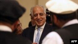 Utusan khusus AS, Zalmay Khalilzad (tengah) ketika bertemu perwakilan Taliban di Doha, Qatar 8 Juli 2019 lalu.