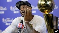 LeBron James no sale de su asombreo después de revalidar el campeonato de la NBA.