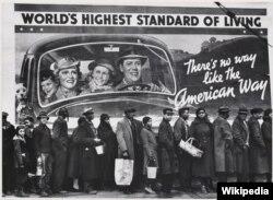 마가렛 버그화이트가 찍은 아프리카계 미국인들의 모습. 켄터키 홍수 피해로 인해 거대한 간판 앞에서 이재민들이 정부가 주는 배급을 기다리고 있다.
